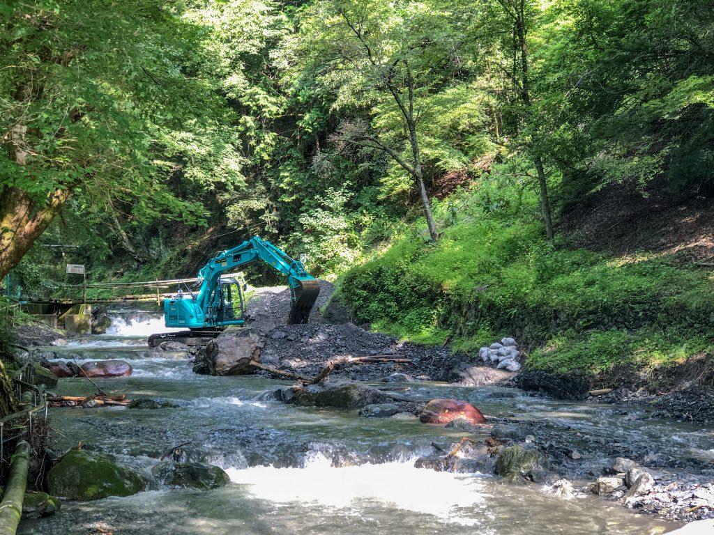 河川の補修作業を行っております。