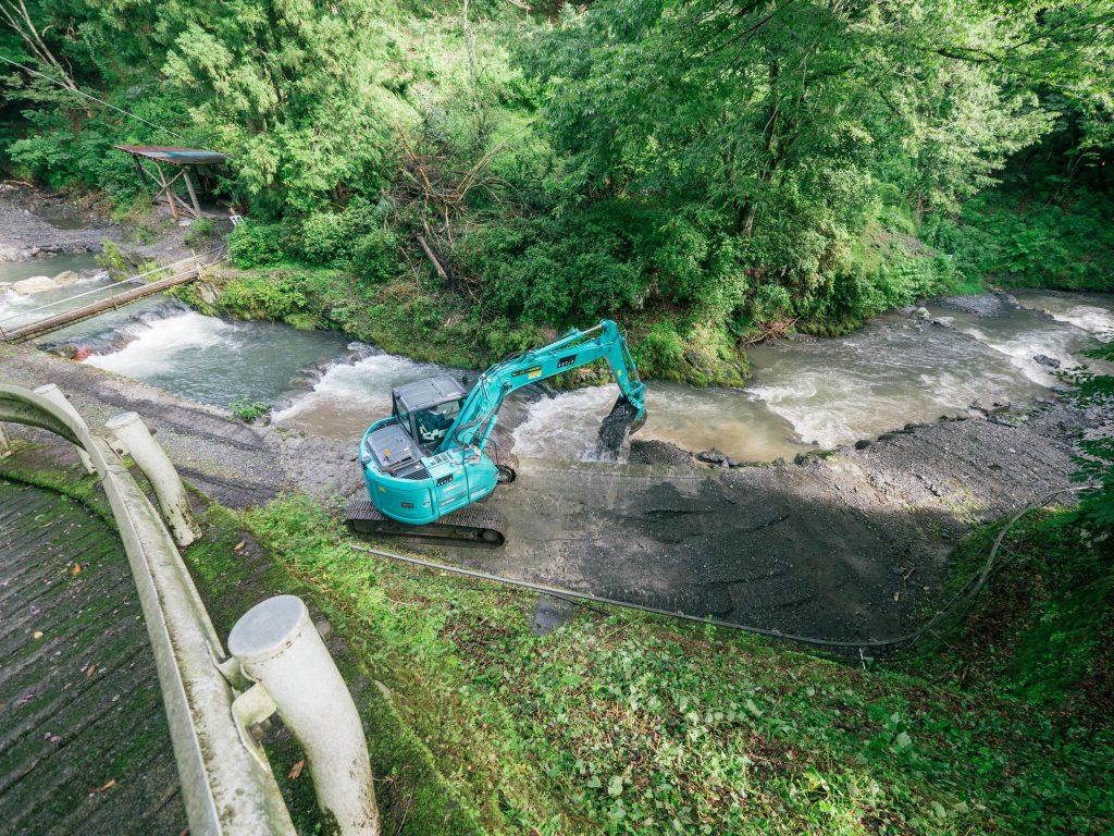 河川の補修作業最終日(明日14日より営業再開いたします。)